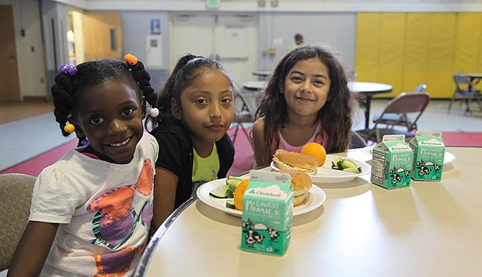 girls eating lunch
