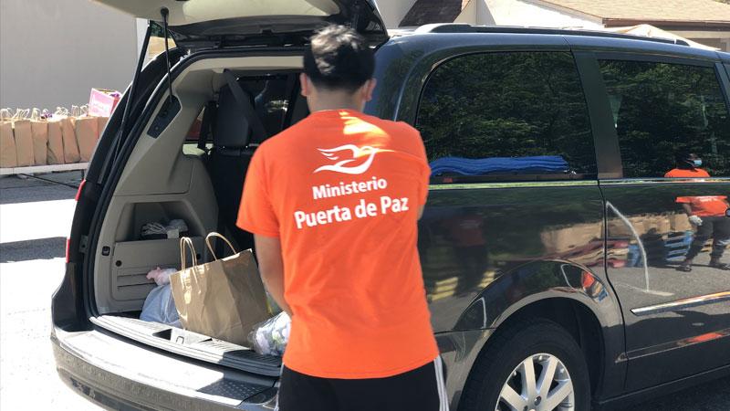 Minsterio Puerta de Paz volunteer loading an SUV